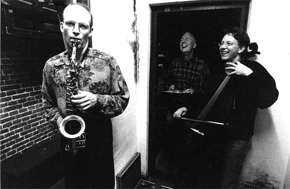 Trio Clusone, met altist Michael Moore en cellist Ernst Reijseger, 1994. Foto Marcel van den Bergh