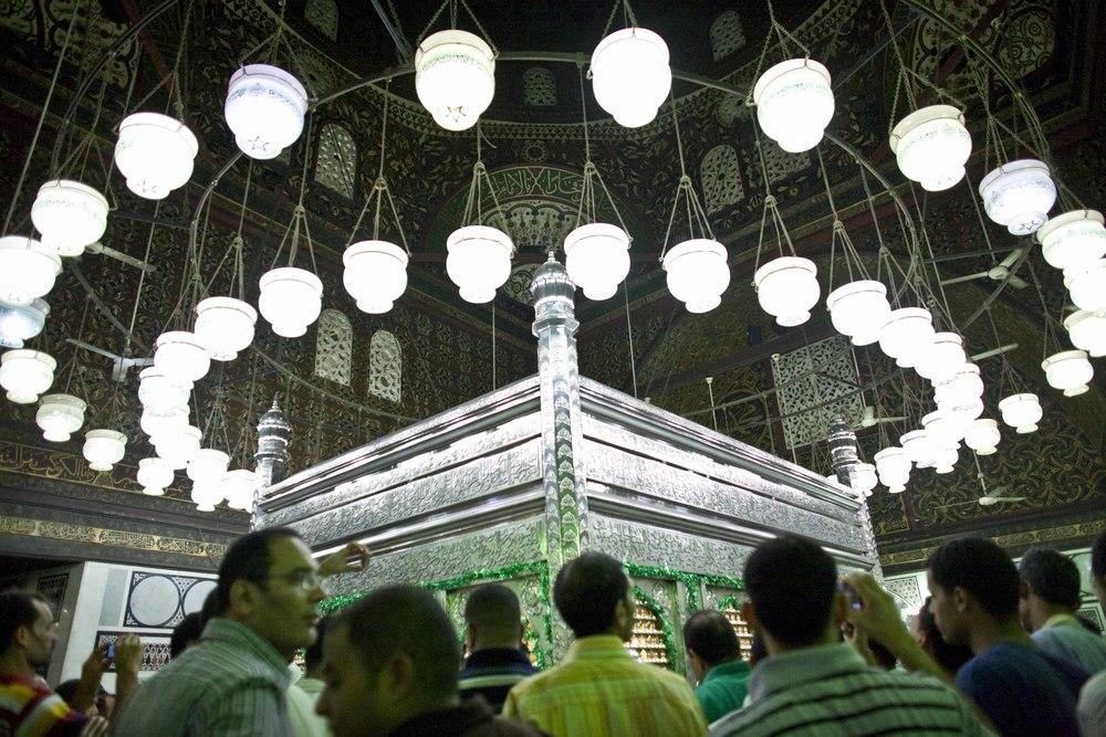 zIl Cairo - Festival Canto del Corano (14) Moschea Sayyidna al-Hussein - fedeli in preghiera nella sala in cui si conserva la testa di Al-hussein nipote di maometto.jpg