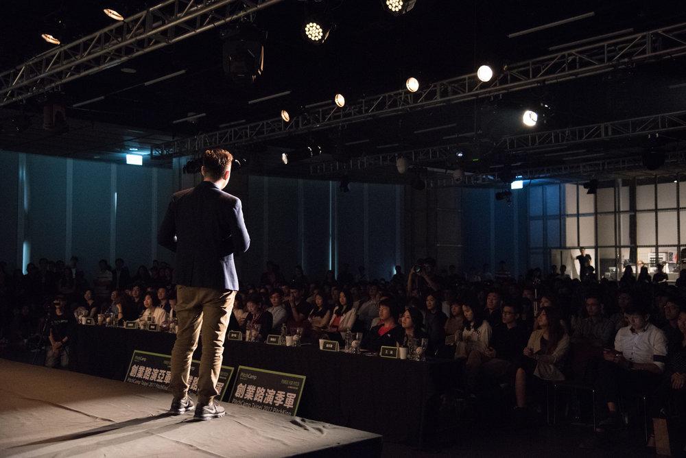 巔峰登台 - 在 500 位嘉賓面前展現自己的創意與熱情,贏得關注。