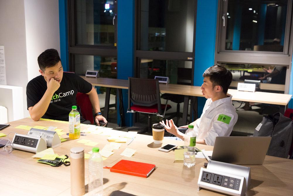 選擇 6 - 8 人座位的討論區,用便利貼互相激勵靈感、逐步調整簡報架構,為隔日 PitchTime 奮力一搏|圖片來源:寶渥團隊