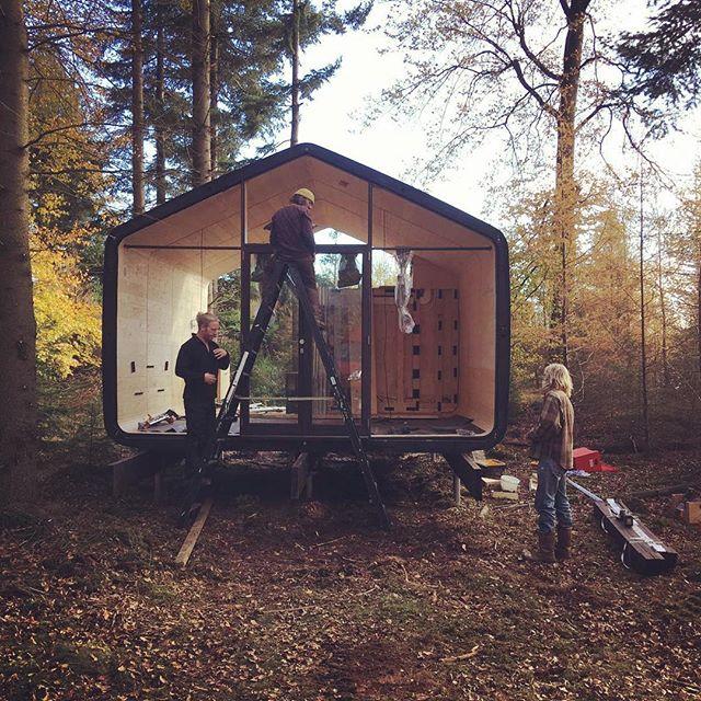 Onze mannen zijn hard aan het werk aan Cabiner nummer 2 🔜⚠️🍂 • • • #cabin #tinyhouse #duurzaam #zelfvoorzienend #natuurhuisje #drenthe #avontuur #wandelen #nieuwelocatie #underconstruction
