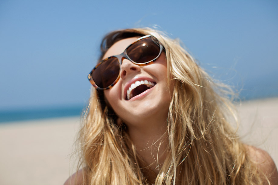 lifestyle photography los angeles girl smiling at beach sunglasses