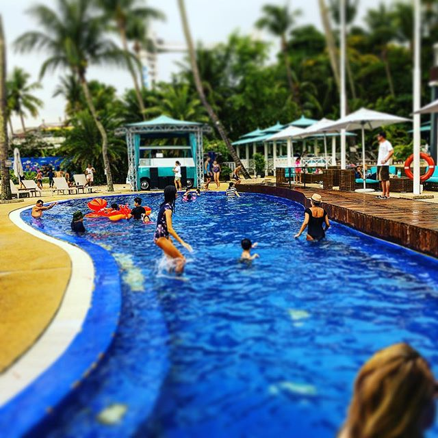 Fun times at #mambobeachclubsg  with @djchriscolumbus from @g.o.d_groupofdjs. #beachbar #beachlife #lifebythesea #sentosa