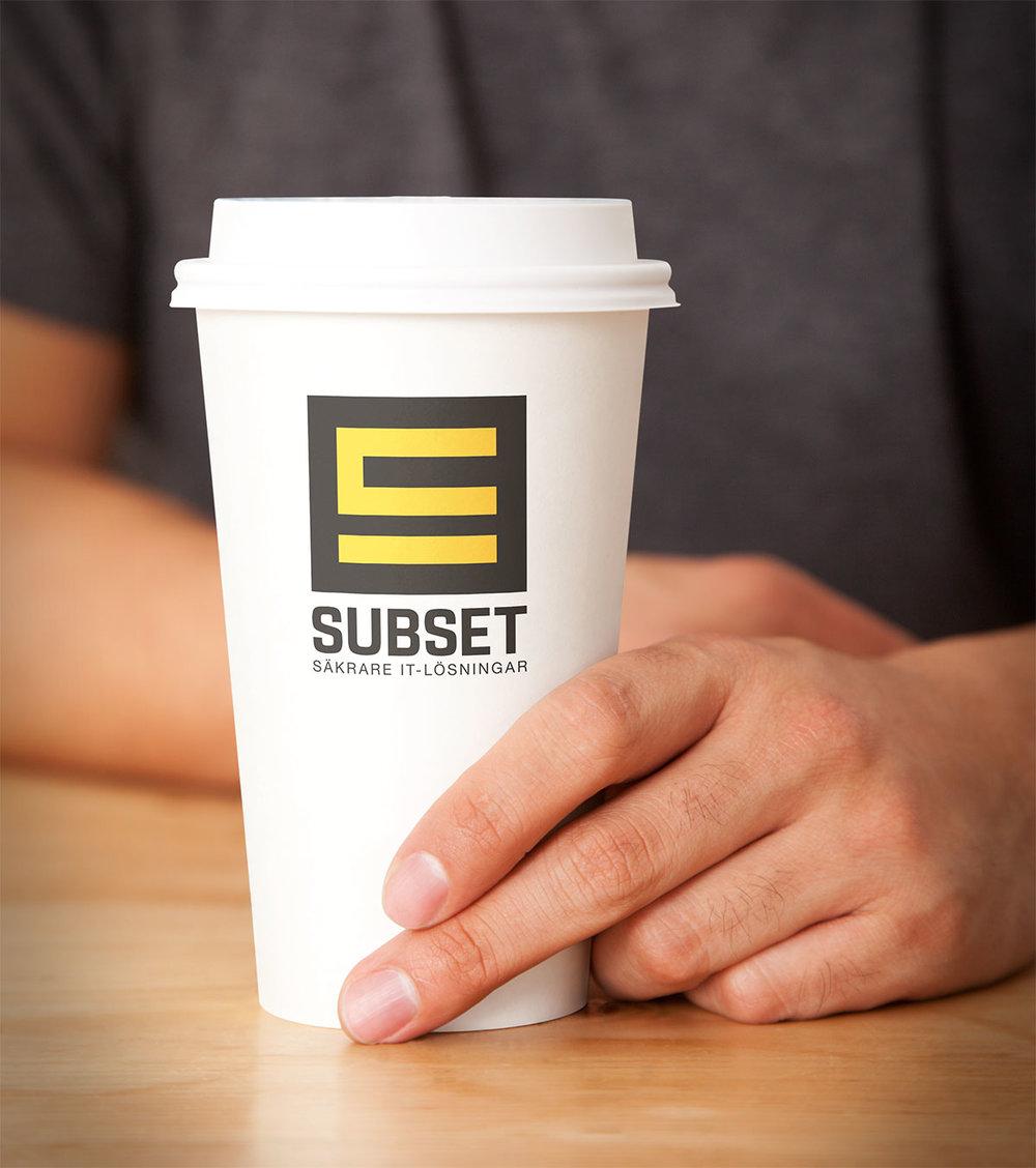 """Stående version av logotypen, här med deras nya payoff: """"Säkrare IT-lösningar"""""""
