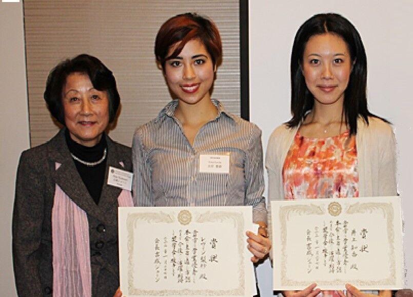 吉成会長、奨学金授与式で受賞者のレヴィン・梨紗さん(UC Berkeley) 井上知香さん(USC) と