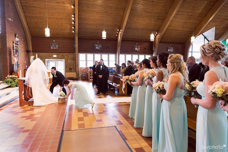 10_Brookfield_Zoo_wedding_Chicago_iluvphoto_photographer_candid_natural.jpg