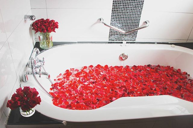 Although we believe it's only fair to have a bath like this, made for you EVERY evening, today can be your excuse 😍🌷⚘🌷❤💋🛀 • • • #HappyValentinesDay #ValentinesDay #BarakaRoses #Roses #Flowers #SpiceUpYourLife #RosesAreRed #Red #Love #InteriorDesign #Kenya #February #DayOfLove #Valentines #InstaPhoto