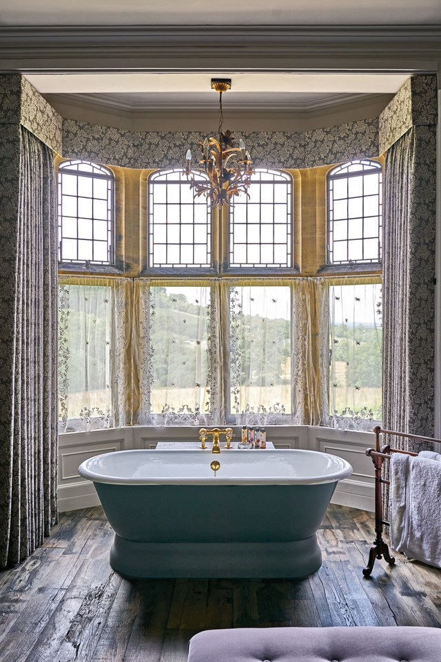 bay-window-bath-in-room-16-at-the-pig-at-combe-hotel-devon-conde-nast-traveller-18oct16-james-merrell_640x960.jpg
