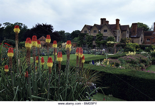 the-grounds-at-packwood-house-lapworth-west-middlands-uk-bmd5py.jpg