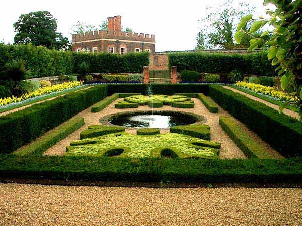 Hampton-Court-2003-03.jpg