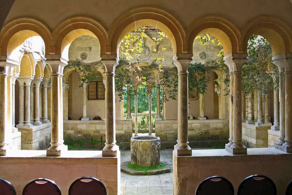 Iford_Manor_-_Cloisters_04.jpg