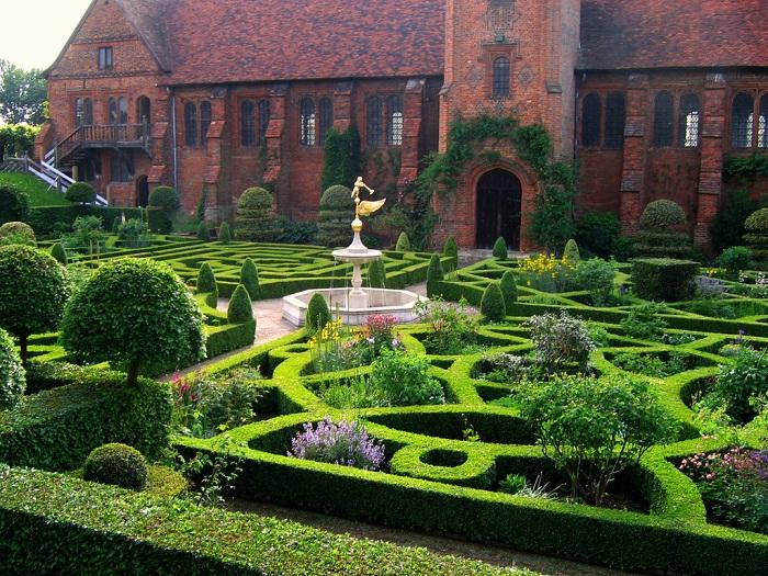 6-Award-winning-gardens-at-Hatfield-House.-Photo-by-UGardener-flickr1.jpg