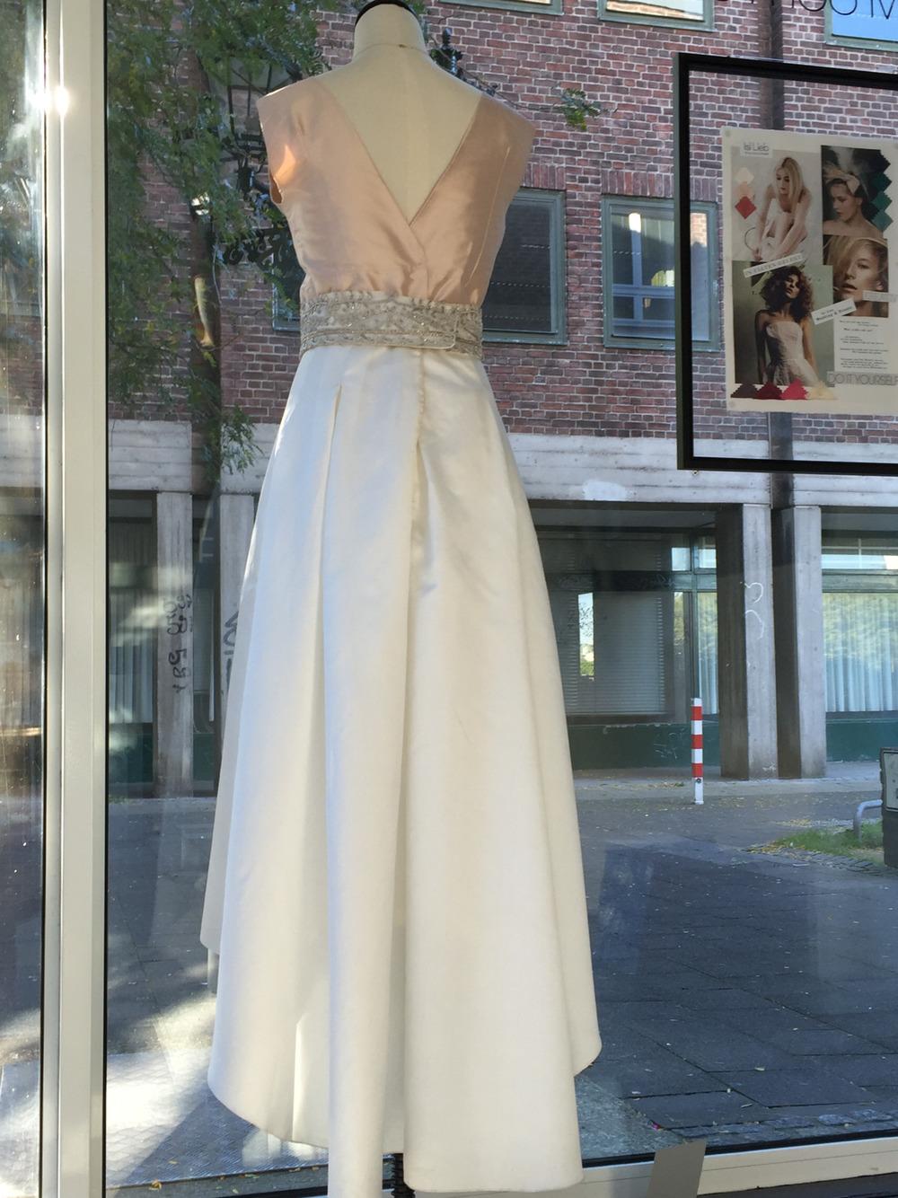 Rosé & Ivory kombiniert mit Metall …. ein tolles Outfit für Kirche und Standesamt! Mir unseren Farbkarten auch in 120 Farben erhältlich.