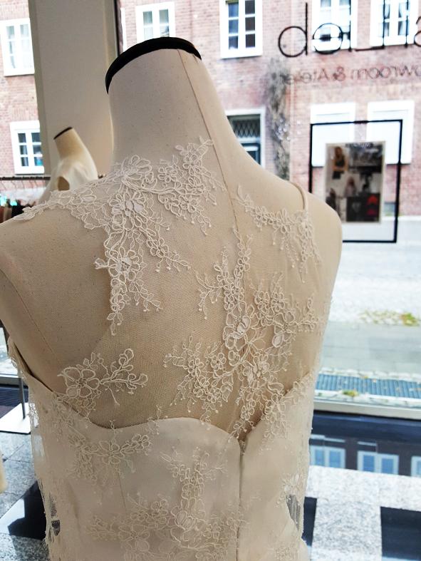 Allover Spitze oder kombiniert mit Seide? Je nachdem wie Du Deine Hochzeit planst, sollte der Look perfekt passen!