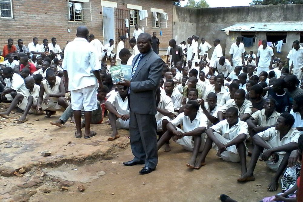 DISTRIBUTION IN BALAKA PRISON - MAR 2016.jpg