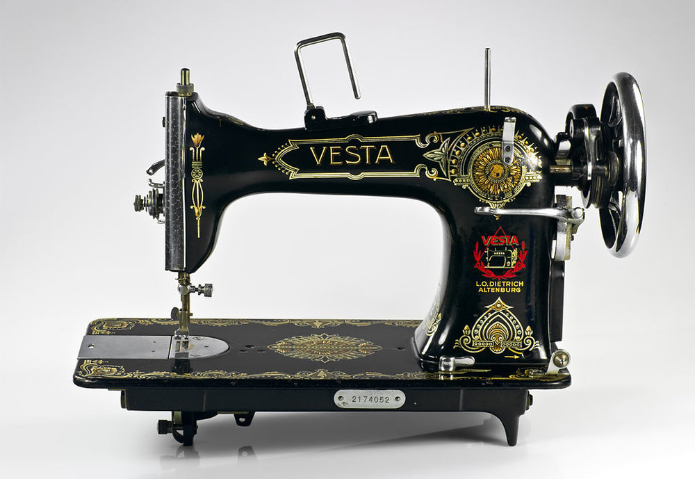 even mechanical instruments as ubiquitous as sewing machines can be difficult to really understand.  rather than creating an external video, a collidercase can visually animate the object itself, effectively showing it 'working' while explaining how each mechanical part contributes to its overall function.   image: nikodem nijaki [cc-by-sa-3.0] via wikimedia