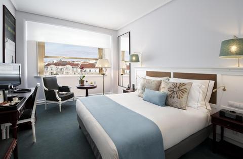 Lisboa hotel room.jpg