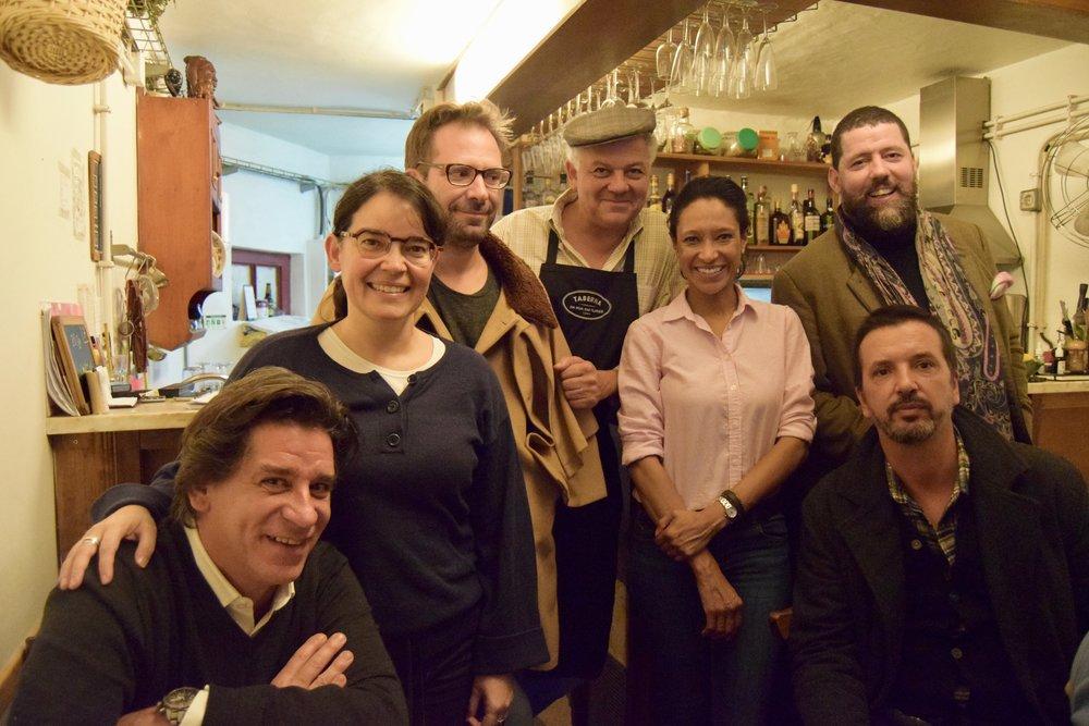 Sheree mitchell con propietario y chef Andre Magalhaes y amigos en taberna das flores, lisboa