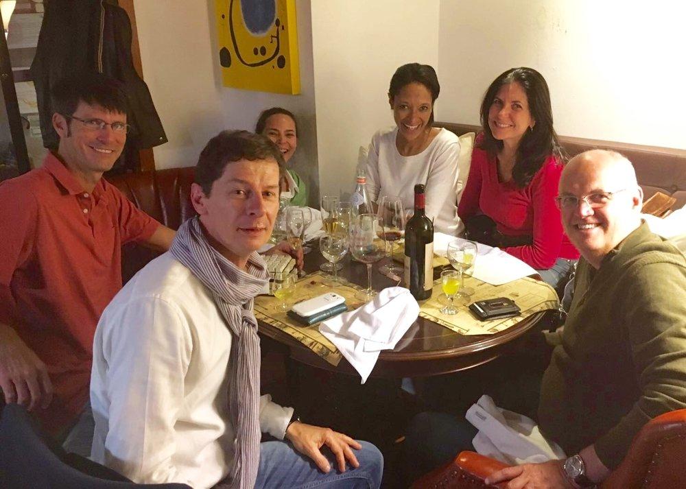 sheree mitchell con grupo de amigos en ristorante matriciano en lisboa