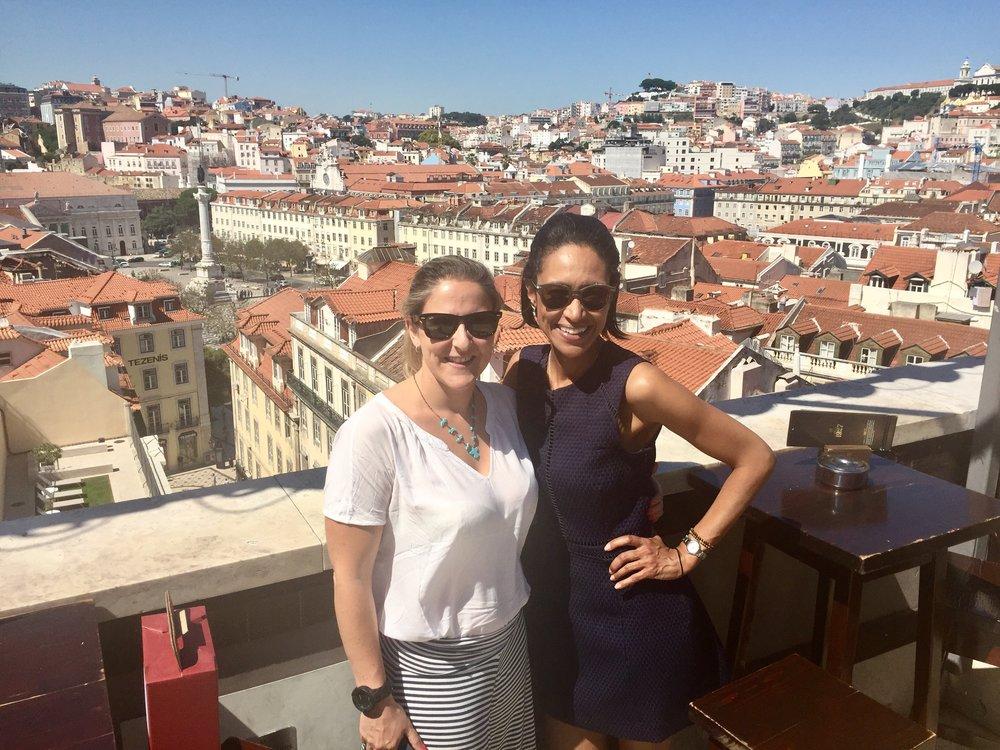 Sheree y una amiga de lisboa en la terraza de bellaLisa