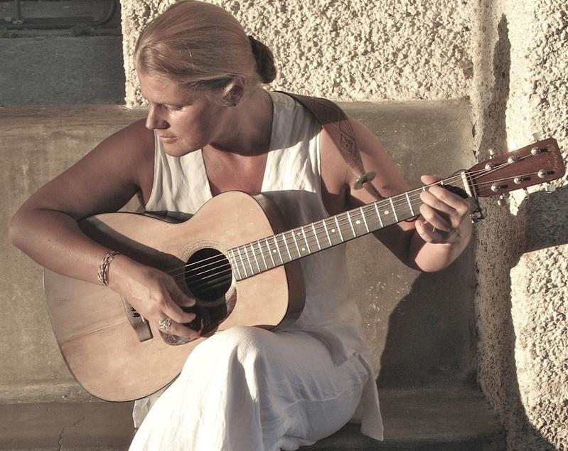 Laurianne Fiorentino acoustic gtr.jpg