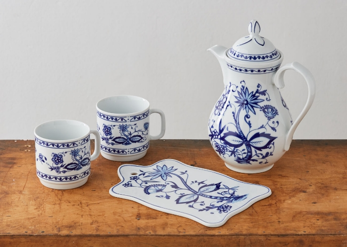 Onion pattern coffee pot with mugs and breakfast platter