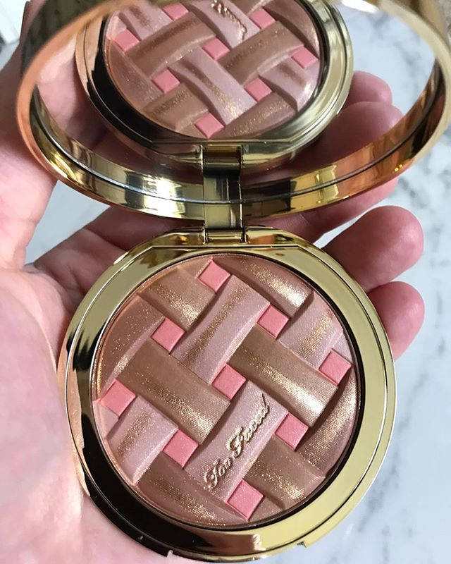 Kinda obsessed with this new 3•in•1 Sweetie Pie radiant matte bronzer/blush/highlighter combo from @toofaced Peaches & Cream collection 🍑 Great for traveling, or a speedy makeup application - apply with just one brush 🙌🏻