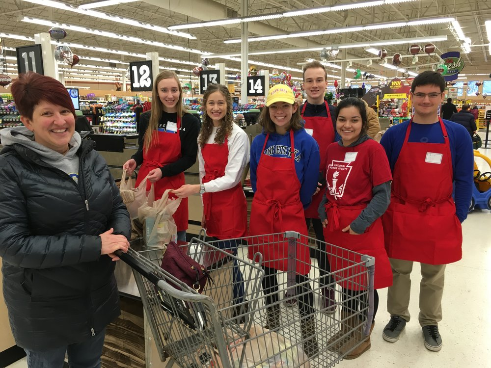 Minnetonka High School National Honor Society students volunteering in 2018 at Bagging for Tips!