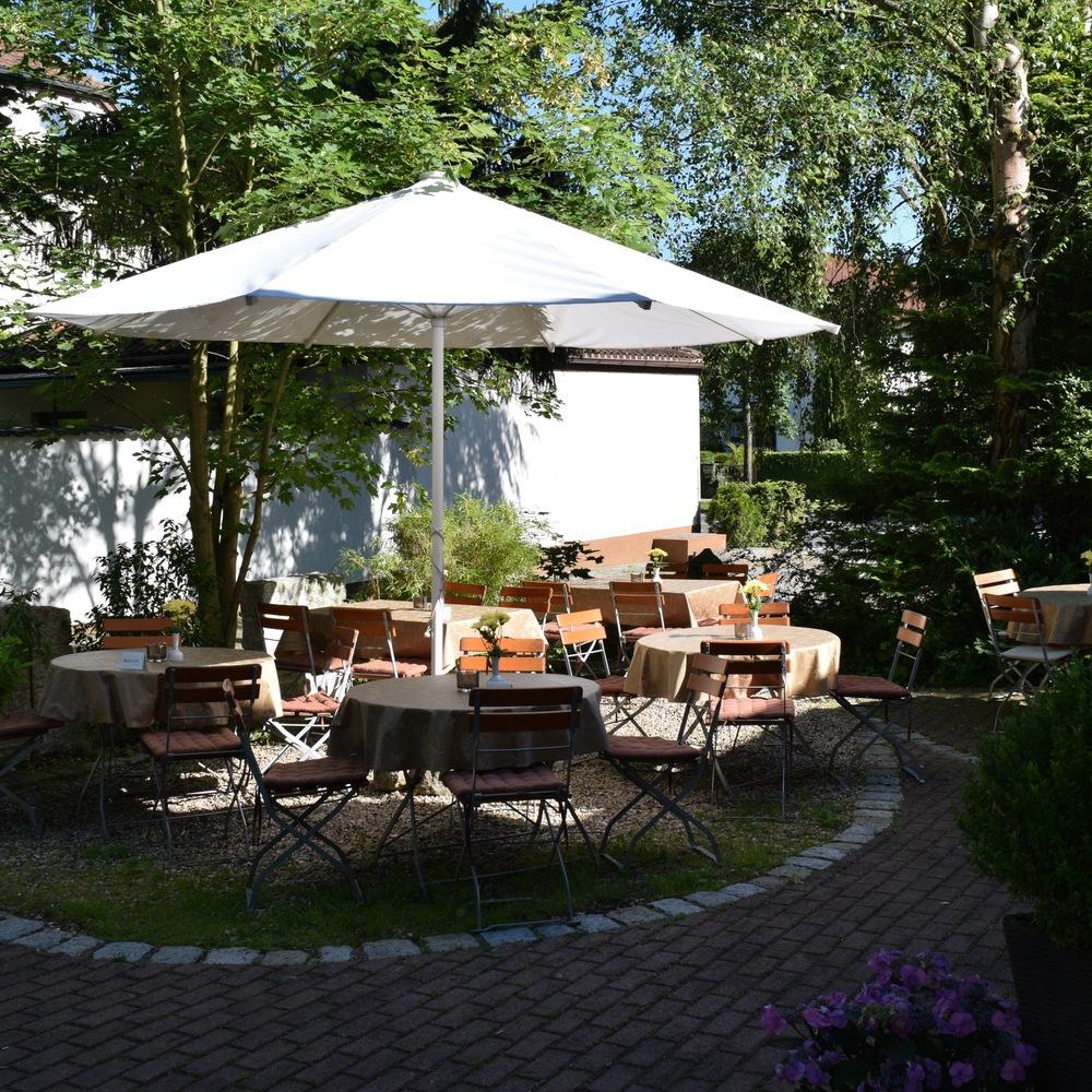 Bobbys Restaurant Forchheim Garten Sommer.jpg