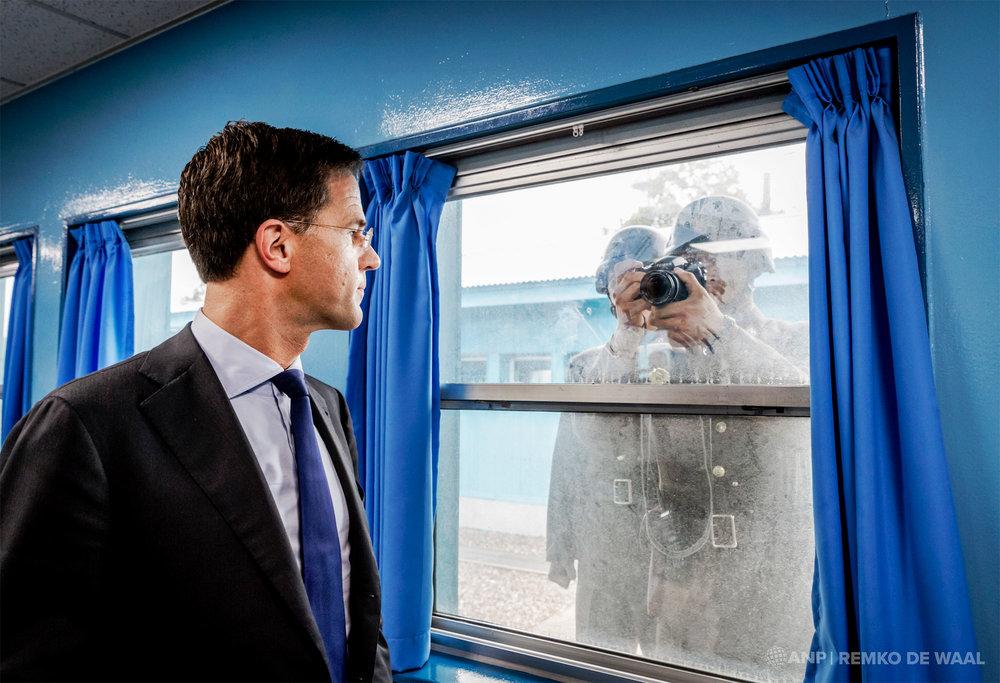 Premier Mark Rutte tijdens een bezoek aan de grens tussen Noord- en Zuid-Korea.
