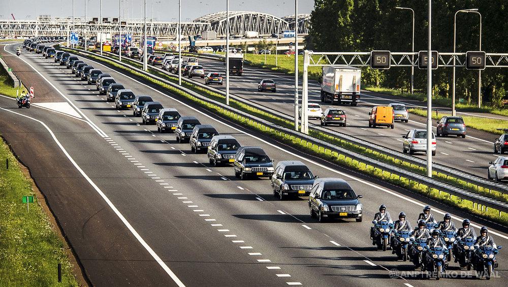 De colonne met lijkwagens met daarin slachtoffers van vliegramp MH17 passeert ter hoogte van Waardenburg.