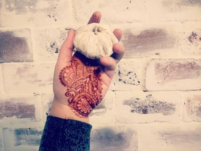 Oh hi, fall!  Breaking out the mini pumpkins today 🎃🎃 Thanks Ayyari Henna for the design inspo!  #fallvibes #pensacolabeach #pensacolavibes #hennaparty #hennatattoo #henna #naturalhenna
