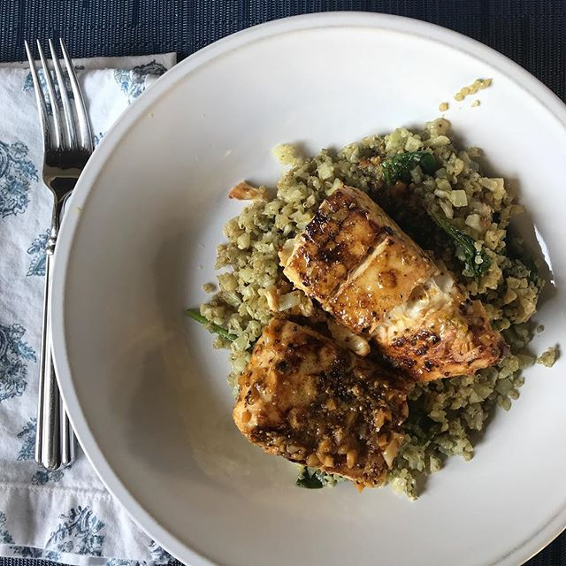 Loving this Soy-Lime Grilled Fish from @pamelasalzman! Sitting on a bed of pesto cauliflower-rice makes it an easy and ✨delicious✨ summer dish. #summergrilling #thriveanddineapproved #easydinner #healthyeats
