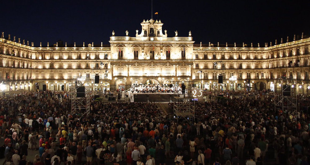 22/ Conducting the OSCYL in an open-air concert in Salamanca