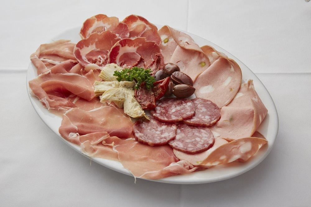 Misto di affettati italiani e verdure marinate