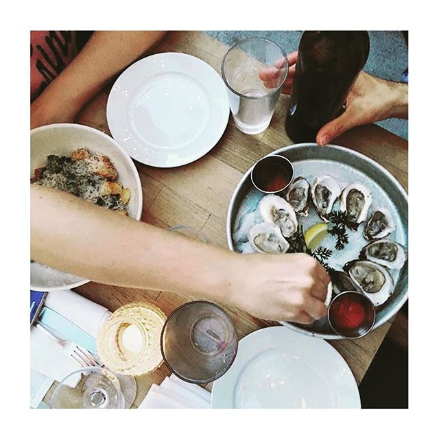 Friends, drinks and fresh af oysters #SundayFunday 📷✨ @aru_moog . . . . #Fresh #Oysters #FreshFish #LocallySourced  #Farmtotable #EatLocal #Yummy #FoodBlogger #Yum #Nom #Eeeeets #FoodPorn #InstaFood #InstaGood #Eater #Foodie #L#GetInMyBelly #ZagatNYC #BrooklynBites #HuffPostTaste #BrunchBoys #Brooklyn #Sunday #Brunchscape #BestBrunch #FarmToTable #EatatEvaJeans #EvaJeans
