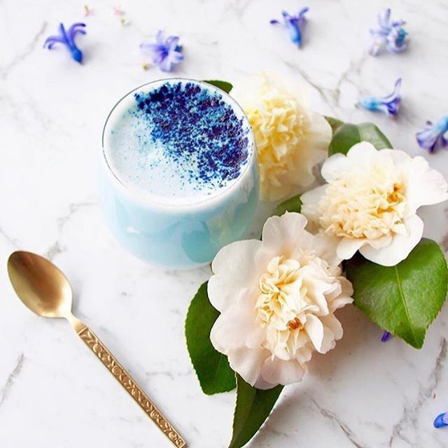 Blue Butterfly Pea Latte - a heavenly blue drink that loves your insides, skin, hair and nails alike! Find @healthfoodproject Blue Latte powder in our Luxe Bounty Box, for those who love a pamper! 📷 via @healthfoodproject