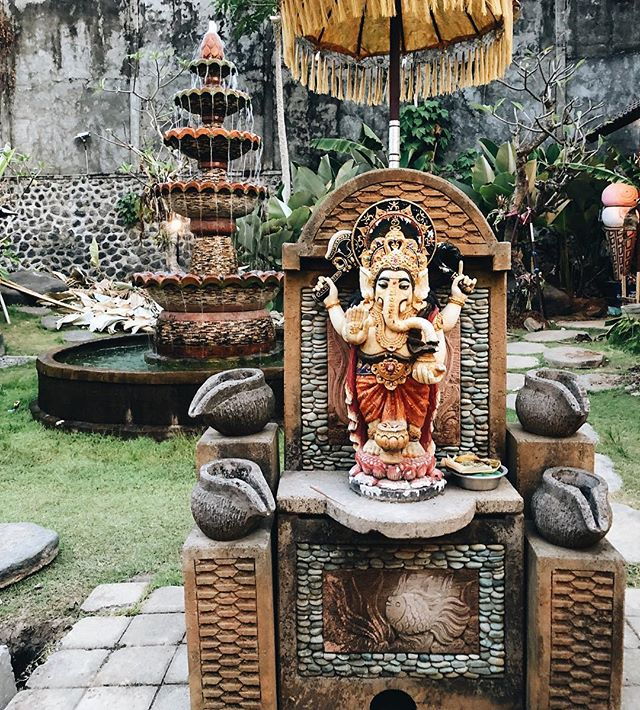 A peaceful moment captured by one of our tribe mates! We diggin' the composition and the colours 😍  Do you know which Hindu God is the frame? Comment below if you do👇