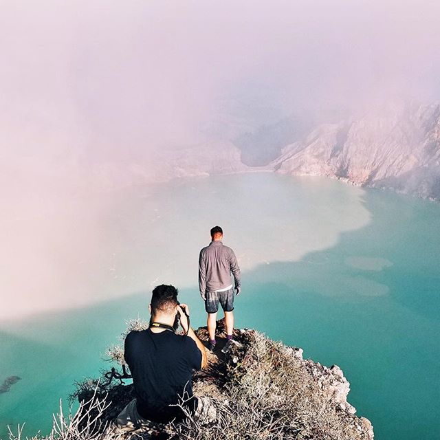 Hiked up 3 kilometers to reach an elevation of 2300m at 1am in the morning 🎒☀️ Ijen Crater was nothing like anything we've seen before! Had to take the perfect shot for keeps 📸