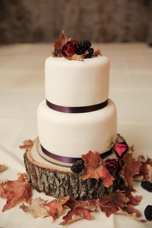 Foliage + berries= fall wedding cake heaven! Photo: Pepper Nix