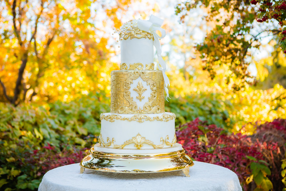 Of COURSE classic gold and white is perfect for fall, the gold details match the golden leaves on the trees which means everything is glowy and gorgeous!  Photo: Terra Cooper Photography