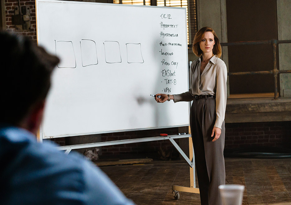 indie-music-and-television-blog-halt-and-catch-fire-donna-emerson-at-the-whiteboard