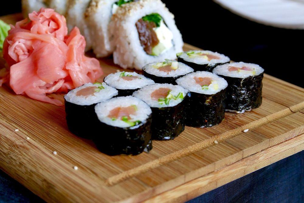 OITA 4,4€ (8 tk)   Suitsutatud lõhe, roheline sibul.  Üks kindel lemmik. Viimaks üks sushi, kus kreemjuust ei varjuta ülejäänud komponentide maitseid(sest seda polnud seal)! Ka riisikogus oli piisavalt väike, et nautida maitsvat sisu. Tugeva suitsumaitsega sushi, mille sees leiduvad armsad sibulatükid olid mõistliku kangusega, ega pannud sööjat selle kibeduse üle nurisema. Olemuselt väike, kuid maitselt suur ja väga meeldejääv sushi.