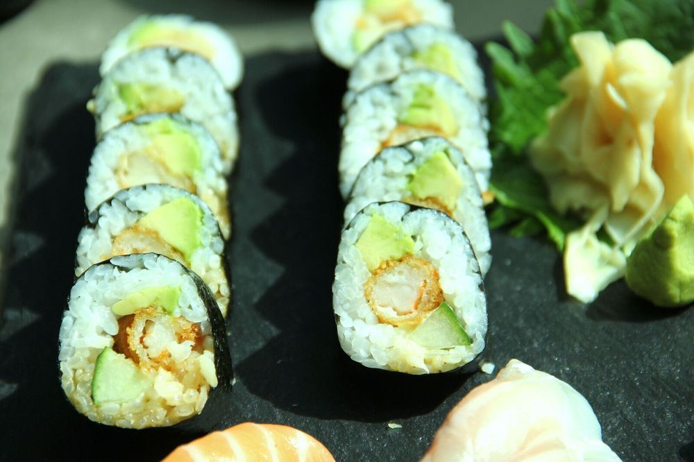 GREEN DRAGON 8€    Tempura krevett, kurk, majonees ja avokaado   Kerget krõbedust lisab tempura krevett ning tänu parajalt väiksele riisi kogusele on hästi tunda iga komponendi maitset. Kerge. Lihtne. Hea.