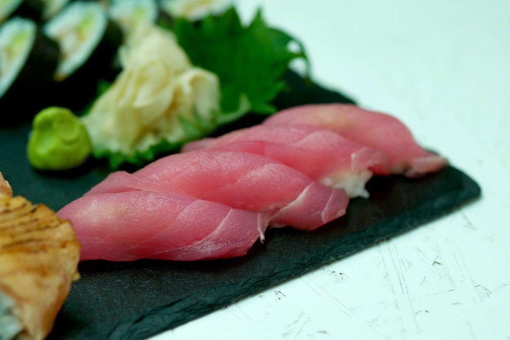 TUUNIKALA NIGIRI    2 nigirit 5€   Tuunikala oli värske. Kuna tuunikala on veidi spetsiifilisema maitsega, siis tuleb lihtsalt teada oma suhteid selle kala toore versiooniga. Tuunikala fännidele ei valmista see kindlasti pettumust.