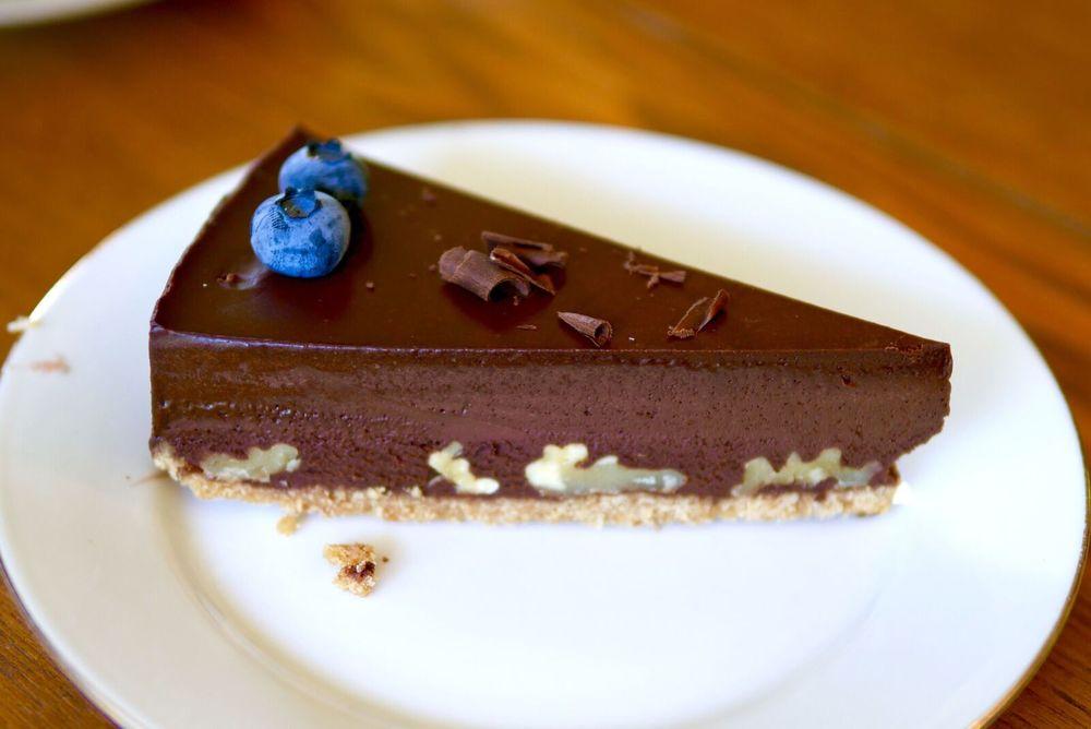 TRÜHVLITORT KREEKA PÄHKLITEGA 3€  Rammus ja tugevamaitseline tort! Meenutab väga Tallinna teises otsas olevas Rootsus pakutavat trühvlitorti. Kreekapähklid on ideaalne tekstuuritouch ühe rammusa trühvlikoogi juurde. See suur koogilõik sobiks kindlasti jagamiseks.