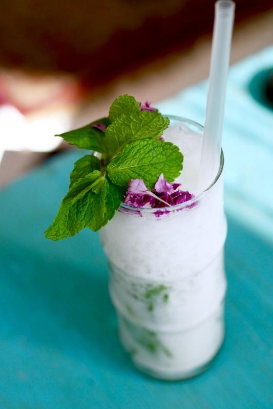 Coconut mojito 8€   white rum/malibu/lime/peppermint/coco water    Kookospiima mahedus oli nauditav, kuid teisalt jättis liialt vesise maitse. Appi tõttasid superkombo tegelased rumm ja laim, mis tasandasid seda viga. Tegemist oli sellise leebe mojitoga, mis säras Tom Yam'i, Tai Bohi ja Passion martiniga võrreldes kõige vähem. Mõnes teises kohas oleksime sellest kokteilist kindlasti vaimustuses, aga kõik ülejäänud omapärased kokteilid olid lihtsalt palju huvitavamad. Seega, kui otsite midagi eriti head, siis soovitame võtta midagi muud, mida teile arvatavasti ka kelner soovitada oskab!
