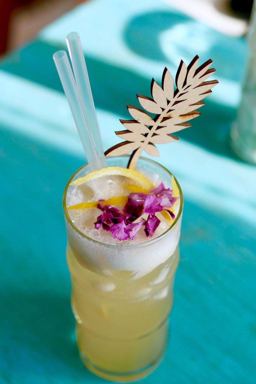 Tai Boh 8€   Sake/quince/lemongrass syrup    Üks meie seast arvas, et kui peaks selle joogi maitset kirjeldama, siis meenutaks see džunglilille. Ei ole seda kunagi söönud, aga laske fantaasial lennata, Tai Bohis käivadki asjad nii. Nalja pakkus ühe komponendi - quince- eestikeelne tähendus - küdoonia. Me oleme ikka harjunud, et ebaküdoonia siin ja ebaküdoonia seal, aga lihtsalt küdooniat ei olnud me veel kohanud. Maitse oli igatahes fresh ja äge nagu Tai Bohi restoran isegi - mõistame kustkohast nime inspiratsioon tuli. Soovitame!