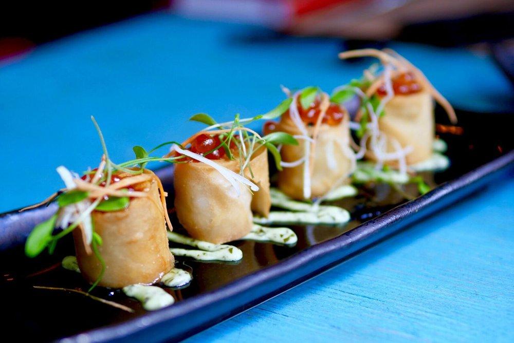 Hanoi rullid  Ülimalt maitsev kalmaari-kreveti täidis krõbeda taignarulli sees. Kes suudaks kätt ette panna? Peal veel lisaahvatluseks XL- suuruses kalamari. SOOVITAME VÄGA!