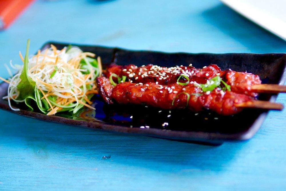 Korea grillitud sealihavardad  Väga-väga mahlased ja ka rasvased seaampsud. Eriti meeldis see õrn, kuid krõmpsuv koor liha peal, mis meenutas karamelliseeritud koorikut. Liha ise oli ka pisut magus, meile meeldis!